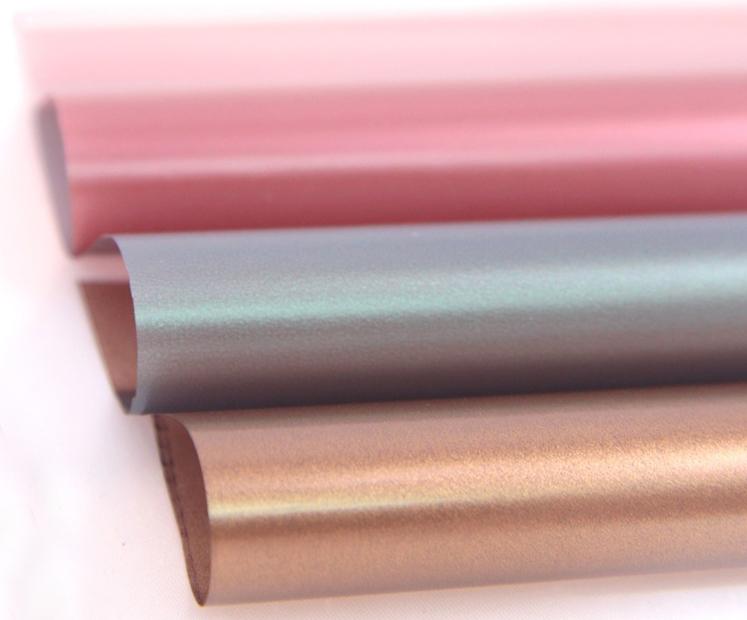 UES Varak, bu sezon ürün portföyüne eklediği Sedefli Gümüş, Sedefli Kırmızı, Sedefli Yeşil ve Sedefli Kahve tonlarıyla ışıldayan ama çok parlak olmayan sedef benzeri renkleri ayakkabı, çanta, konfeksiyon imalatçılarının kullanımına sunmaktadır.